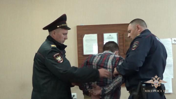 МВД опубликовало видео задержания пьяного челябинца, который подрался с пилотом