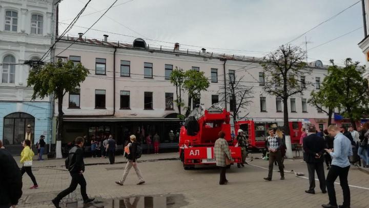 Пожар в центре Ярославля: на место съехались пожарные и полиция