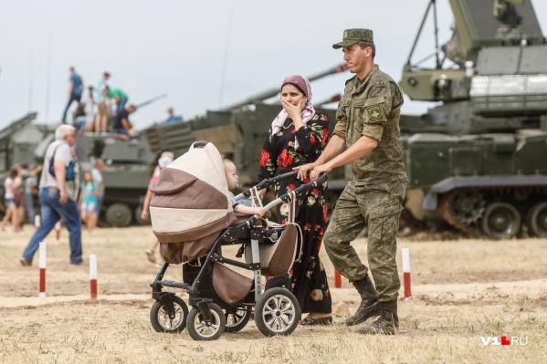 Военным ежемесячно падают на счёт по 23 тысячи рублей, которые они потом тратят на жильё