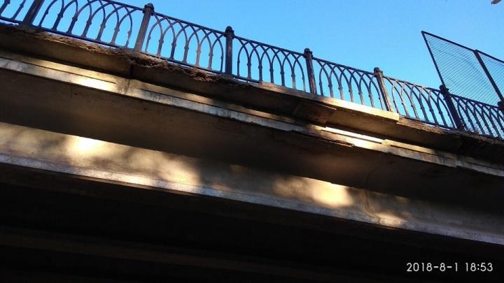 «Береги капот и крышу»: в Ярославской области обваливается автомобильный мост