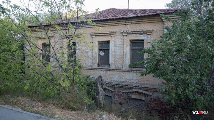 «Бельмо в глазу»: в центре Волгограда не могут продать исторический дом за 30 миллионов рублей