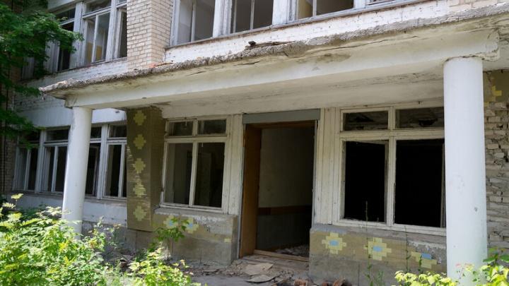 «Окна и двери заколочены»: что делали власти со зданием, с которого упал ребёнок на Южном Урале
