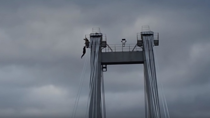 Экстремалы без страховки забрались на вершину Вантового моста