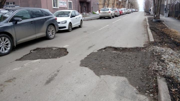 Во Втузгородке провалился асфальт на улице, которую отремонтировали в прошлом году
