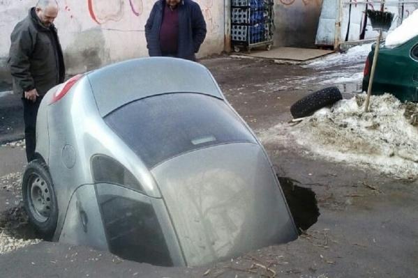 Машина нырнула в яму «носом»