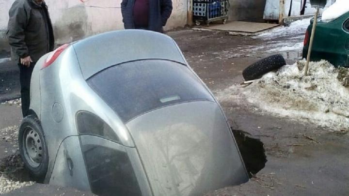 На улице Молодогвардейской «Калина» провалилась под асфальт
