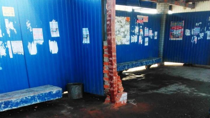С разрушенной остановки «ОНПЗ» убрали обломки кирпичей