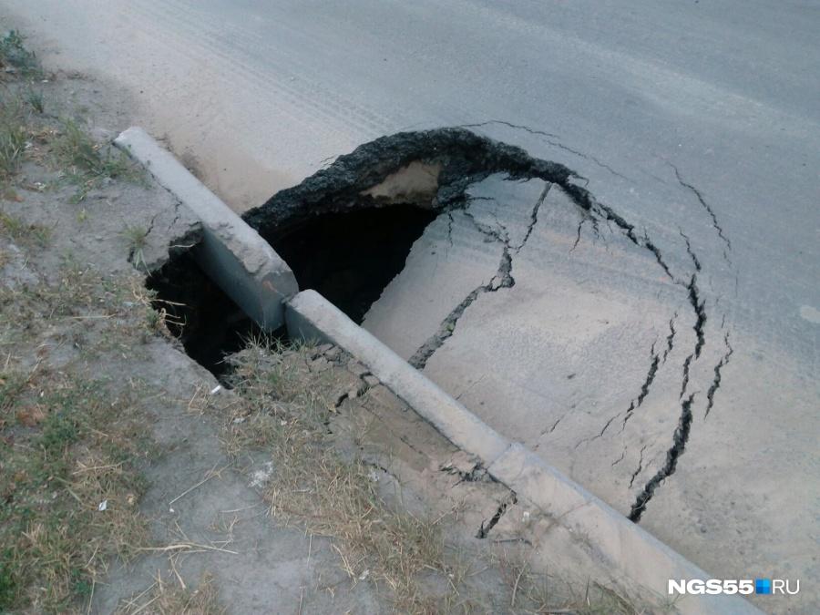 Надороге вОмске вновом асфальте создалась метровая яма