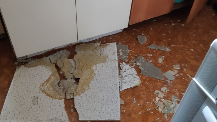 «У нас в квартире шёл ливень»: в Ярославле из-за дождей в жилом доме обрушился потолок