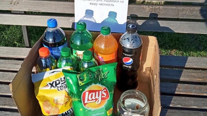 Школьники устроили в парке магазин без продавца ради социального эксперимента. Результат порадовал