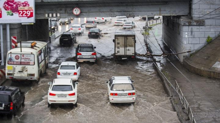 Видео: дороги Новосибирска ушли под воду