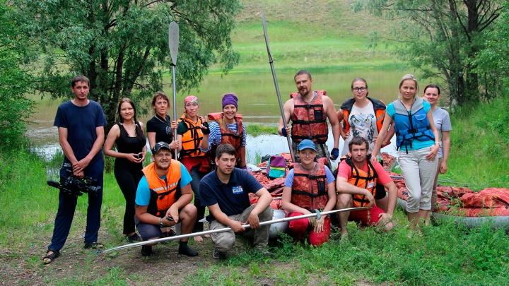 Три часа с веслом в руках: сплавляемся по Оми на надувных байдарках