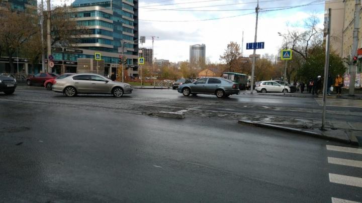 В центре Екатеринбурга за час три машины пробили колеса в яме на дороге