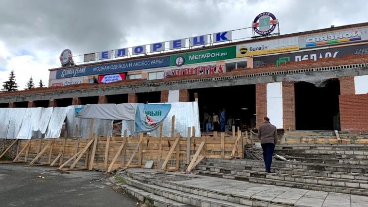 Прямо над головой покупателей: белоречанин возмутился небезопасной стройкой торгового центра