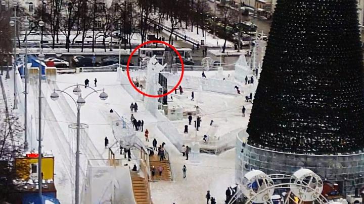 Люди чудом успели отскочить: публикуем видео обрушения стены в ледовом городке Екатеринбурга