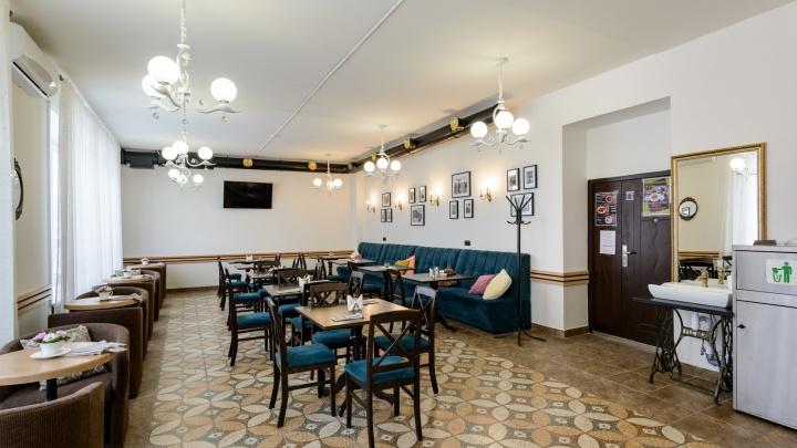 Дорого-богато: в НГТУ появилась кофейня с антиквариатом и бархатными диванами