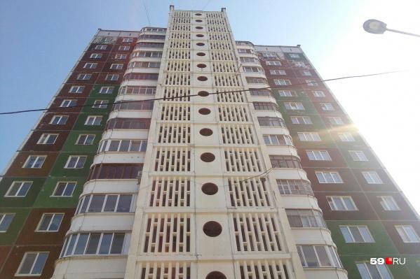 Несчастный случай произошел в этом 16-этажном доме на улице Кронита