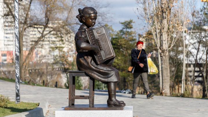 «Будто смотришь старый альбом»: в Волгограде показали игравшую в госпиталях Александру Пахмутову