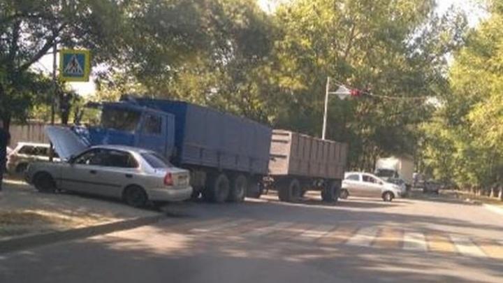 В Ростове КАМАЗ врезался в иномарку, пассажира легковушки зажало в автомобиле