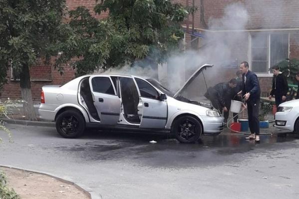 Девушка завела иномарку прогреться, и из моторного отсека повалил дым