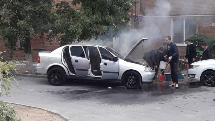 На севере Волгограда загорелась иномарка: видео