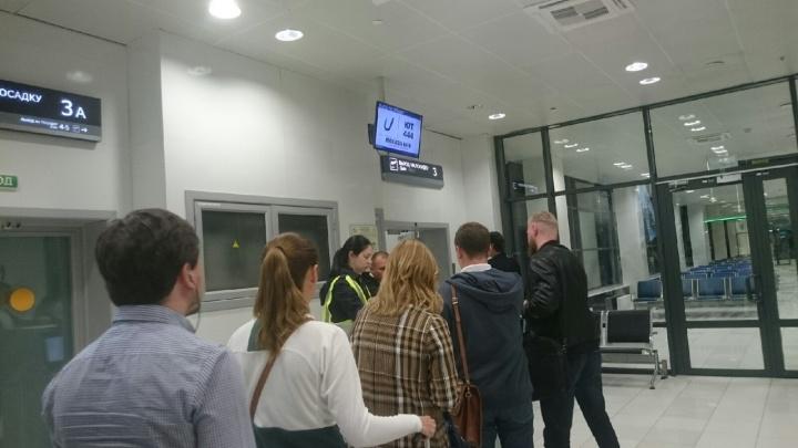 Тюменцы пять часов ждали вылета в Москву. Их борт стоял в аэропорту без света