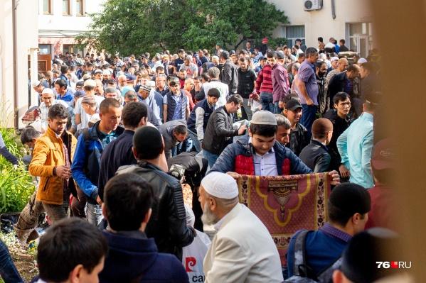 Около соборной мечети мусульман собралось так много, что пришлось перекрыть улицу Победы