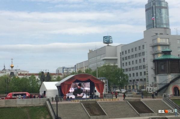 Пока на экране показывают подборки с видами города