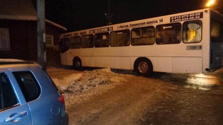 В Ярославской области водитель автобуса, чтобы спасти жизнь собаке, врезался в дом