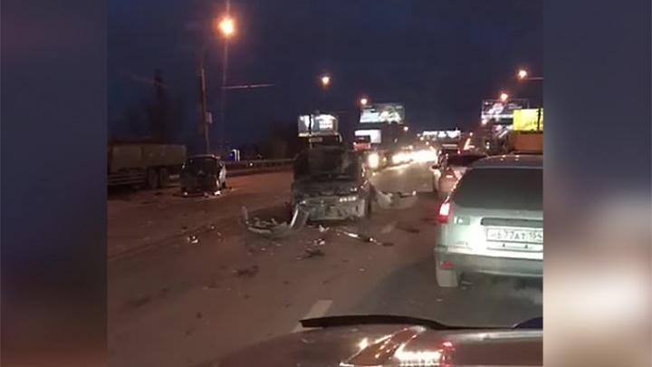 Димитровский встал: массовое ДТП перегородило движение по мосту
