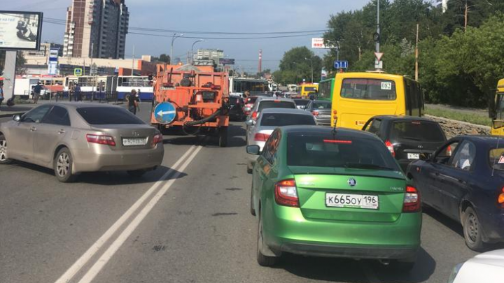 «Осталось оградить ЖБИ колючей проволокой»: как автомобилисты выживают в пробке на Малышевском мосту
