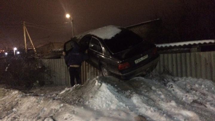 «Мчал под 100, возможно, был пьян»: на севере Волгограда иномарка залезла на забор