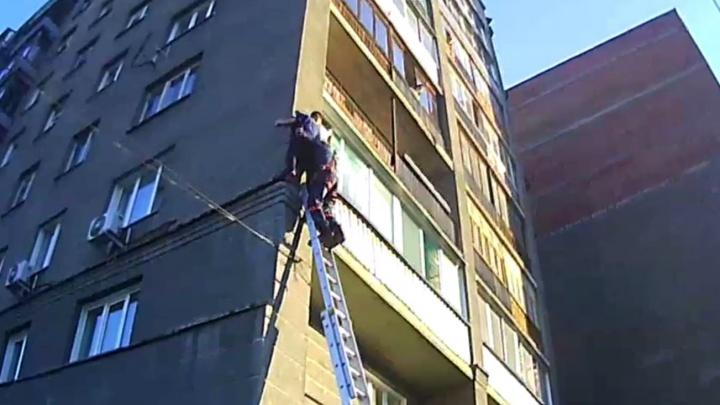 Молодой человек застрял на карнизе третьего этажа в центре Новосибирска