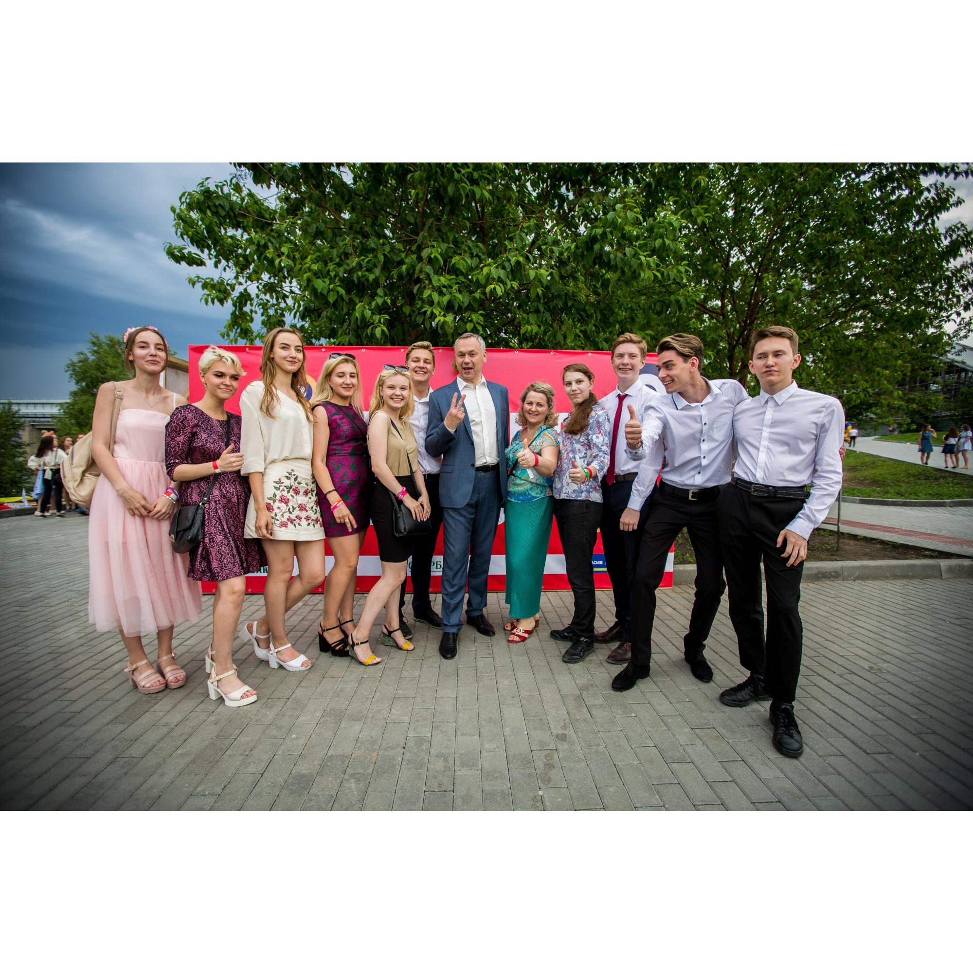 Андрей Травников прогулялся по набережной и сделал несколько фотографий с выпускниками