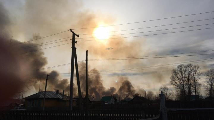 От дыма солнца не видно: сильный пожар возле аэродрома в Башкирии сняли на видео