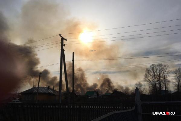 Столбы дыма было видно за много километров