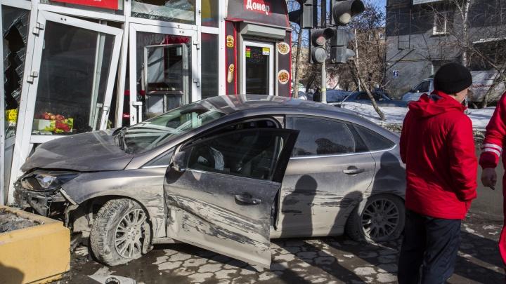 «Форд» врезался в продуктовый рынок на проспекте Дзержинского