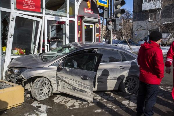 «Форд» разбил двери в павильон