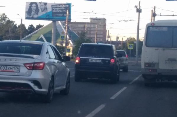 Водитель Range Rover лихачил и нарушал ПДД, провоцируя аварийную ситуацию