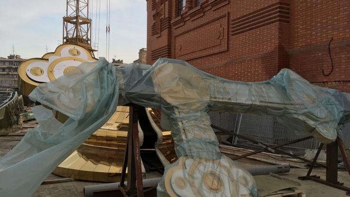 «По преданию, был украшен хрусталем»: крест Александро-Невского собора Волгограда поднимут к Пасхе