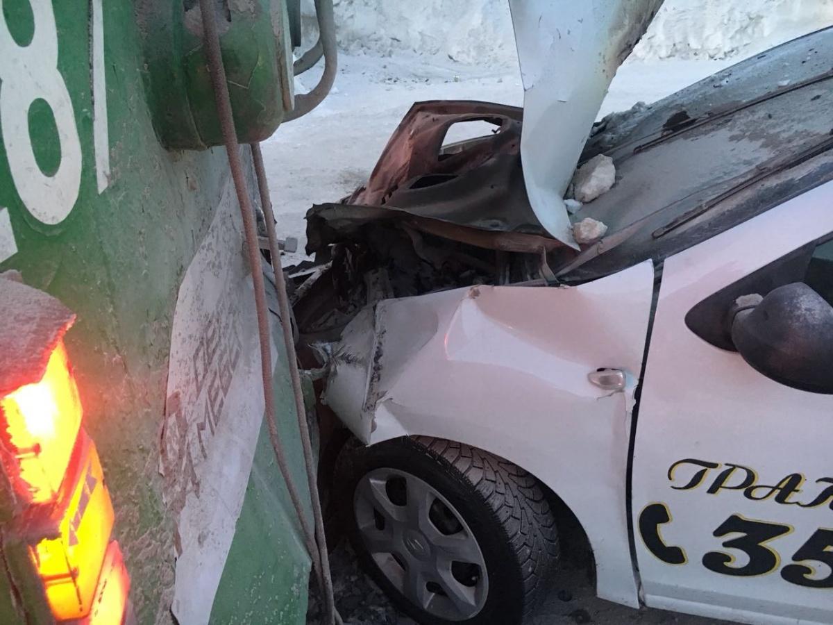 ВНовосибирске таксист протаранил троллейбус, который ждал скорую