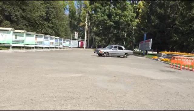 «Подвозят господ»: на тротуаре у администрации Кировского района появилась парковка