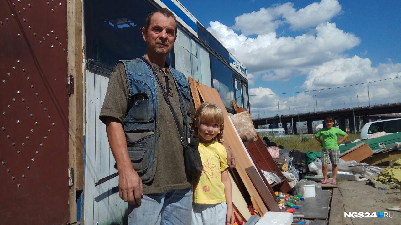 Александр Карлович воспитывает свою дочь в одиночку. Признается, что поначалу было тяжело