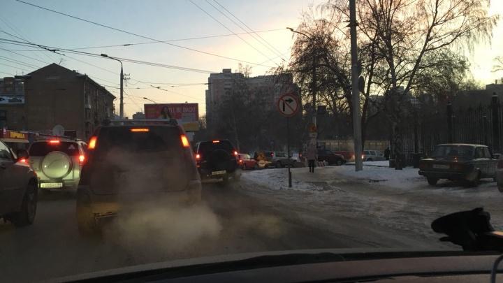 Все лезут на трамвайные пути: новосибирец семь часов снимал пробку за оперным театром