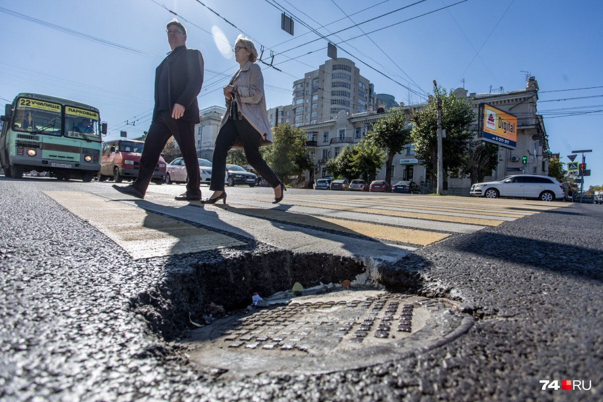 В этом году «Южуралмост» отремонтировал миллион квадратных метров дорог, в том числе вот так — улицу Энгельса