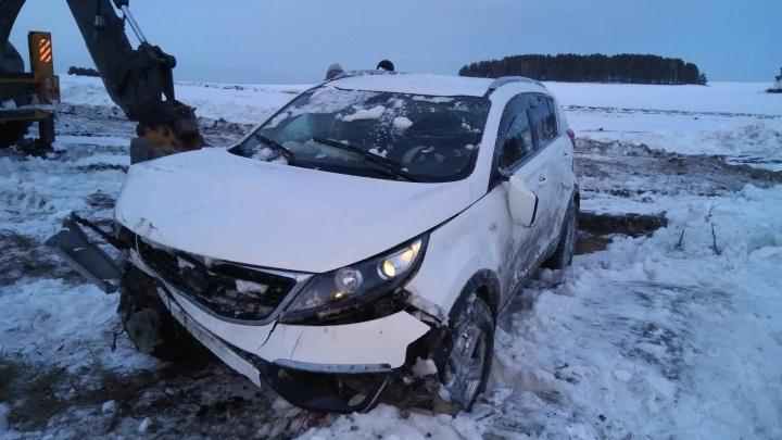 На Урале пассажир выхватил руль у водителя, чтобы сбить детей на обочине