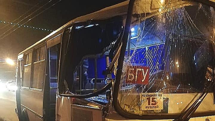 В столкновении маршрутки и грузовой «Газели» в Уфе пострадала несовершеннолетняя девушка
