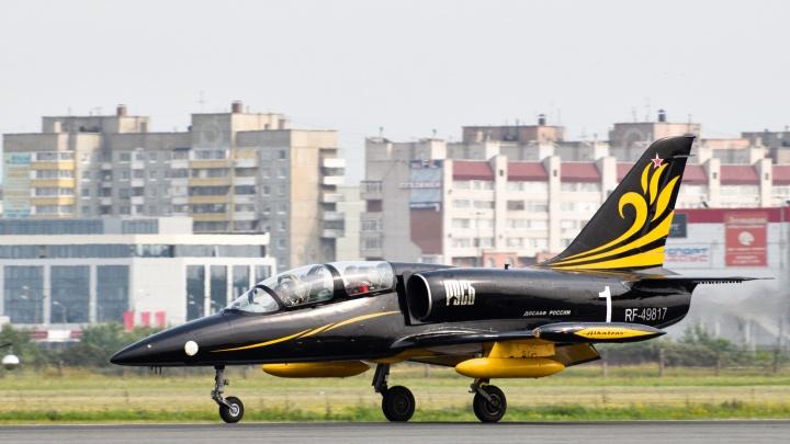 В омском аэропорту приземлились реактивные штурмовики пилотажной группы «Русь»