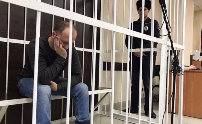«Рот закрыл!»: в суде рассказали о видео, в которых отчим издевается над пасынком