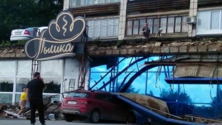 В Перми обрушился козырёк крыши кондитерской «Пышка» на Слудской горке